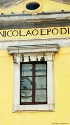 vetrata della chiesa di san nicolò con orologio comunale.