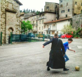 «Come spiegherebbe a un bambino cos'è la felicità?» chiesero una volta a Eduardo Galeano, «Non glielo spiegherei», rispose, «gli darei un pallone per farlo giocare».