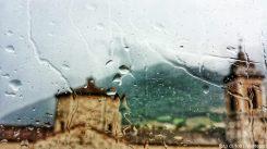 chiesa collegiata. dalla finestra in una giornata di pioggia. 2014.