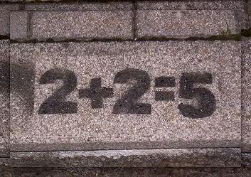conti-che-non-tornano-2-piu-2-uguale-cinque-scritto-su-un-muro